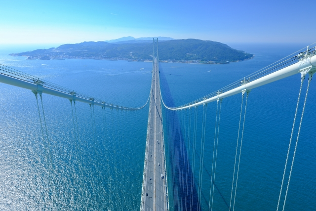 見下ろす明石海峡大橋